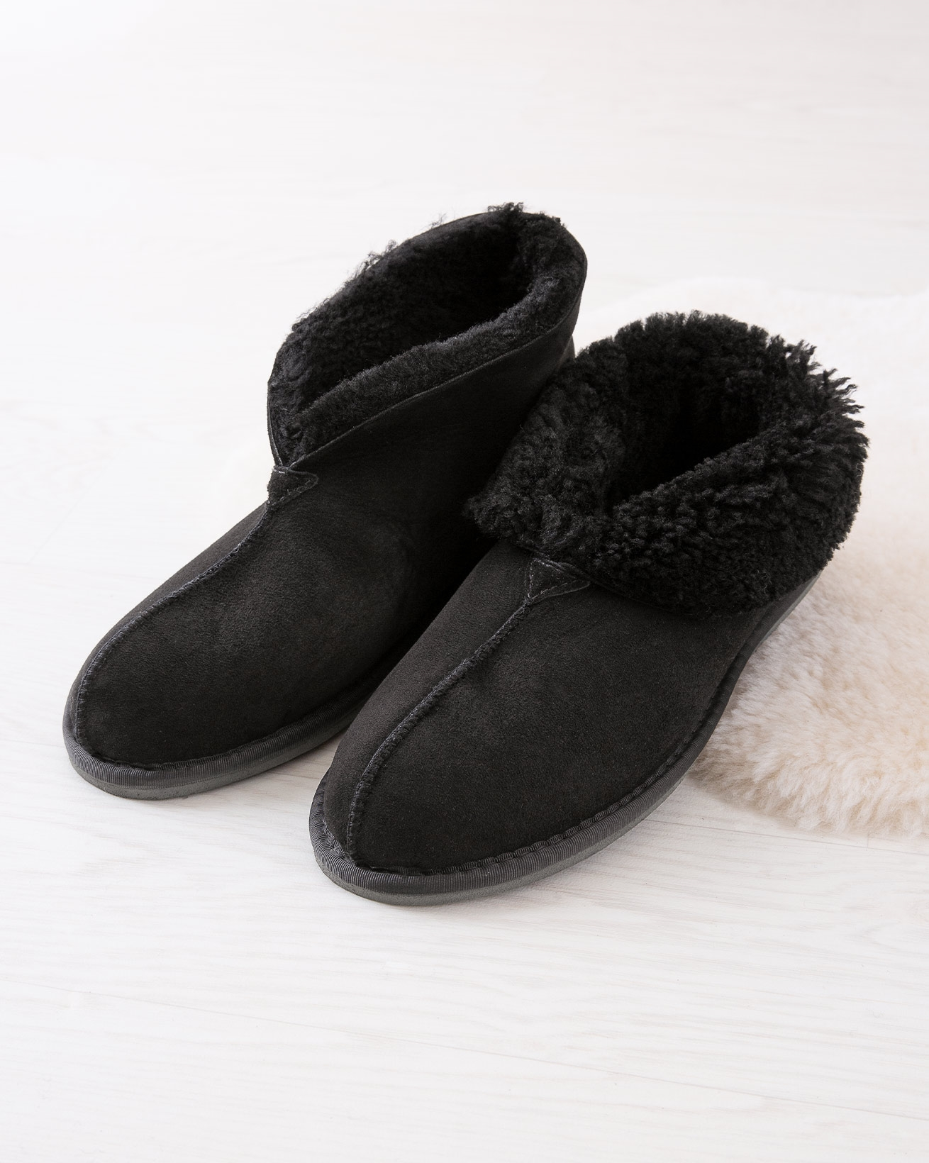 6618_mens-sheepskin-bootee-slippers_black_lifestyle_lfs.jpg