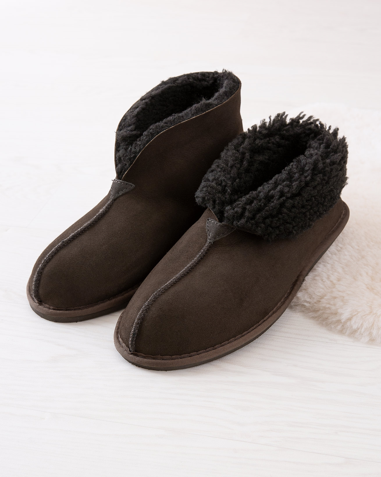 6618_mens-sheepskin-bootee-slippers_mocca_lifestyle_lfs.jpg