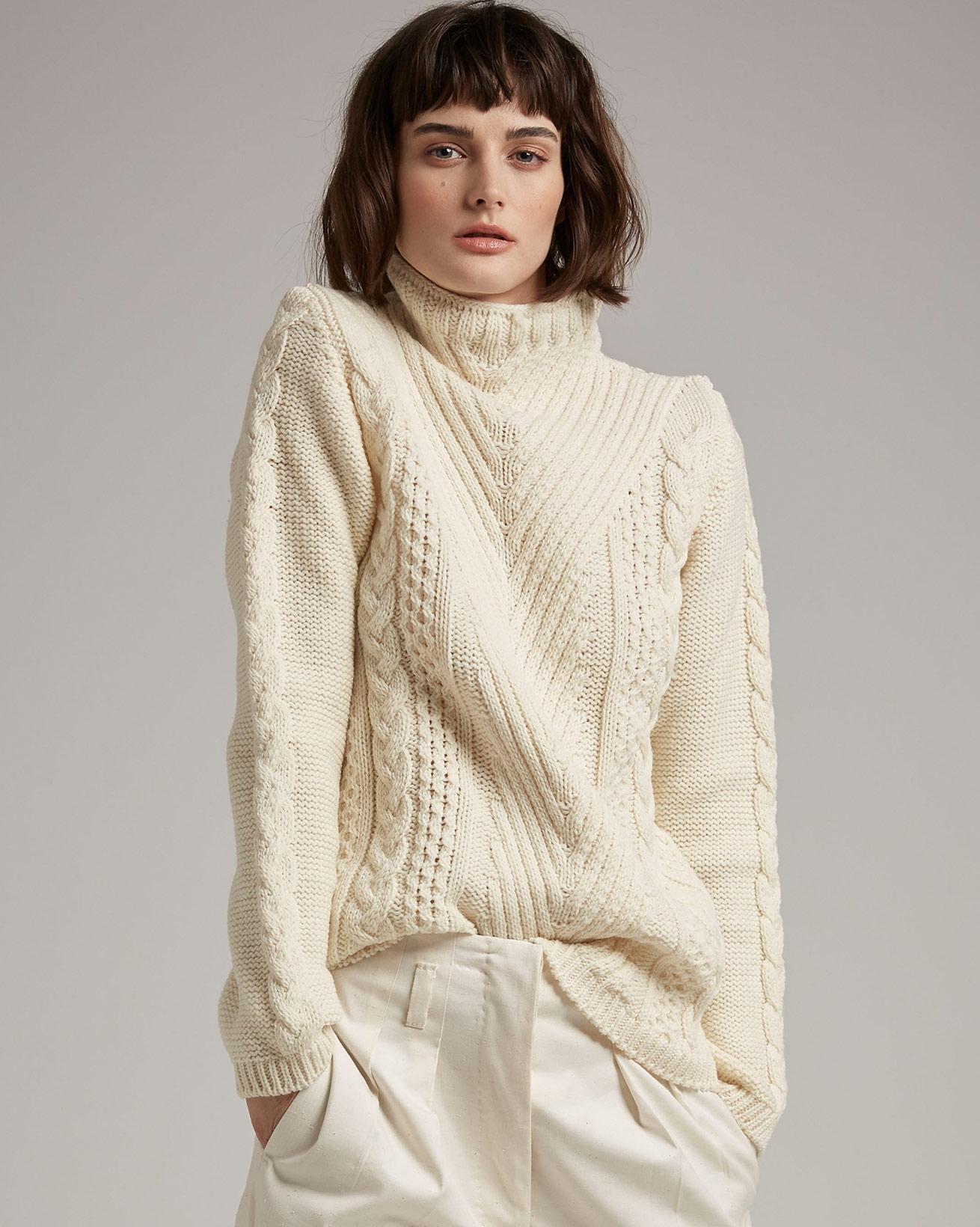 Pullover mit Aranmuster und Trichterkragen