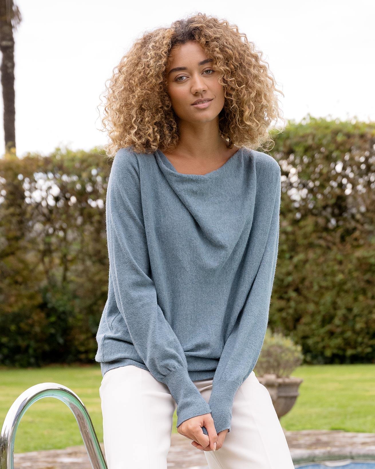 Weicher Pullover mit Wasserfallausschnitt