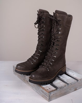 7082_wilderness-boots_tanners-brown_lifestyle_lfs.jpg